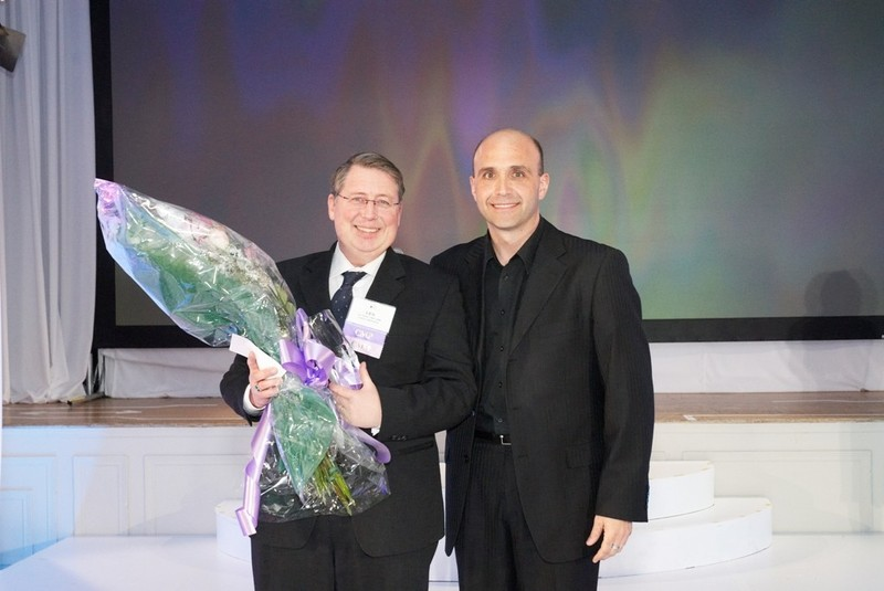 Les Selby (left) accepts the President's Award from MPI's Bob Giorgini.